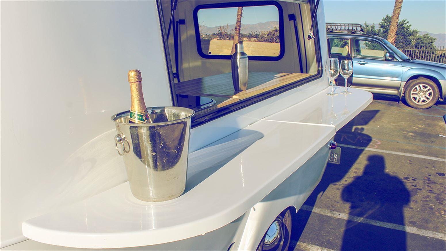 トレーラーとワイングラス