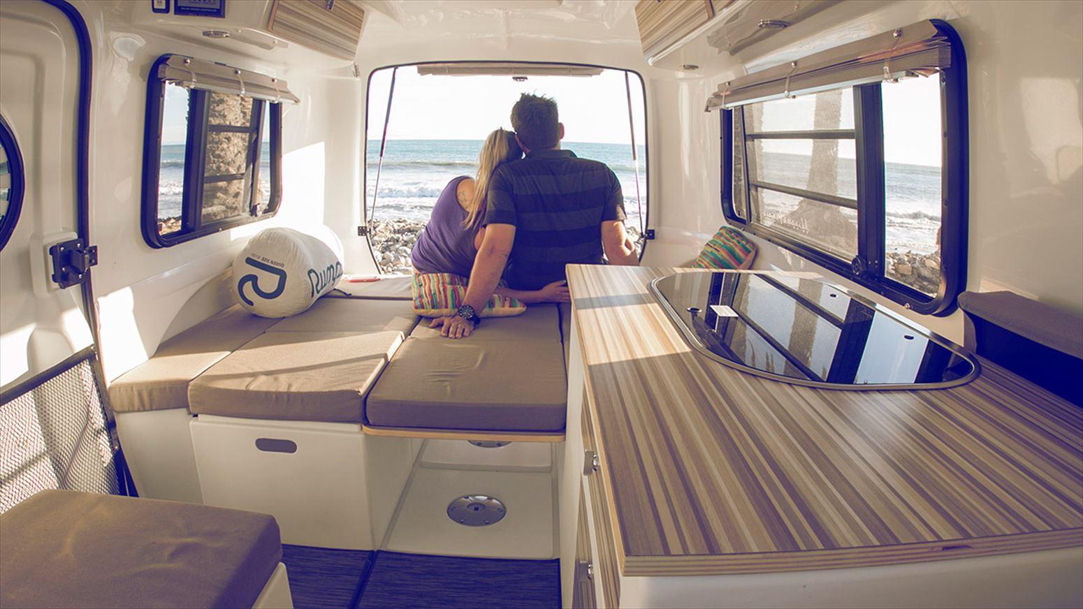 海を眺める2人